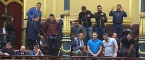 Los estibadores celebran el resultado, en la tribuna de invitados del Congreso.